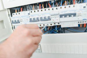 Electricista reparando un fusible