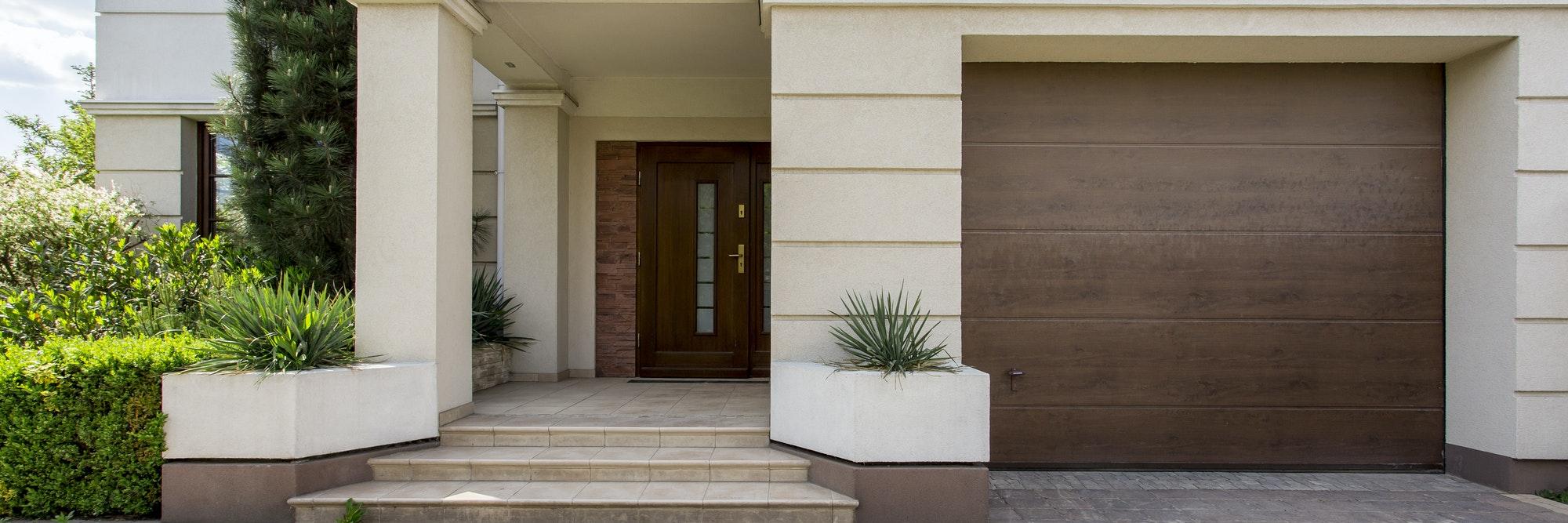 Entrada elegante a la casa con puerta de garaje