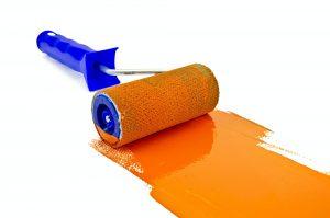 Rodillo con pintura naranja de pintores Las Palmas