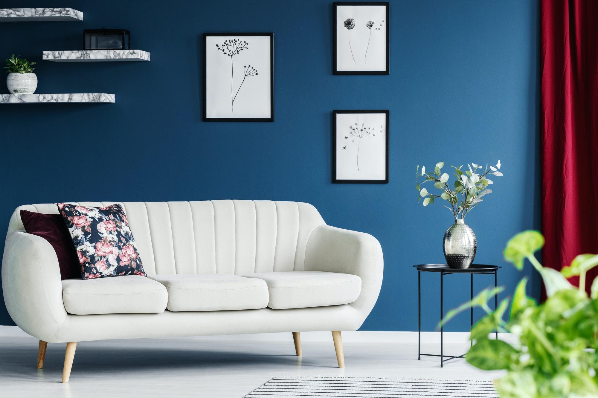 Moderno sofá en una sala de estar